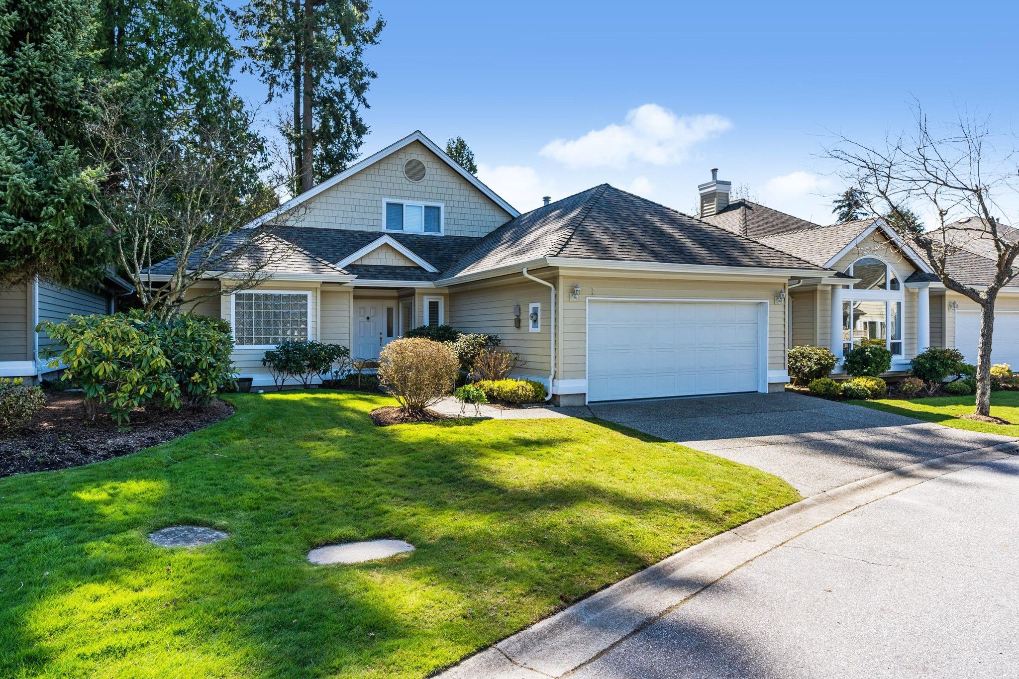 """Main Photo: 7 1881 144 Street in Surrey: Sunnyside Park Surrey Townhouse for sale in """"BRAMBLEY HEDGE"""" (South Surrey White Rock)  : MLS®# R2564966"""