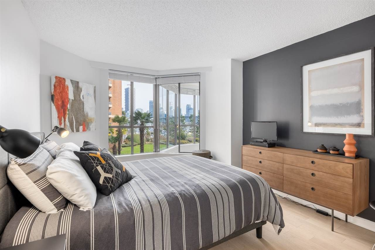 """Photo 13: Photos: 307 1470 PENNYFARTHING Drive in Vancouver: False Creek Condo for sale in """"Harbour Cove"""" (Vancouver West)  : MLS®# R2552898"""