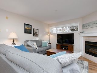 Photo 3: 208 1371 Hillside Ave in : Vi Oaklands Condo for sale (Victoria)  : MLS®# 870353