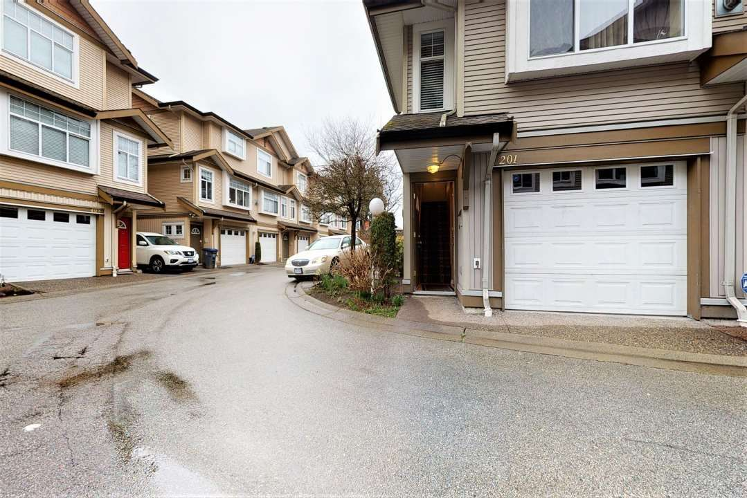 """Main Photo: 201 9580 PRINCE CHARLES Boulevard in Surrey: Queen Mary Park Surrey Townhouse for sale in """"BRITTANY LANE"""" : MLS®# R2552173"""