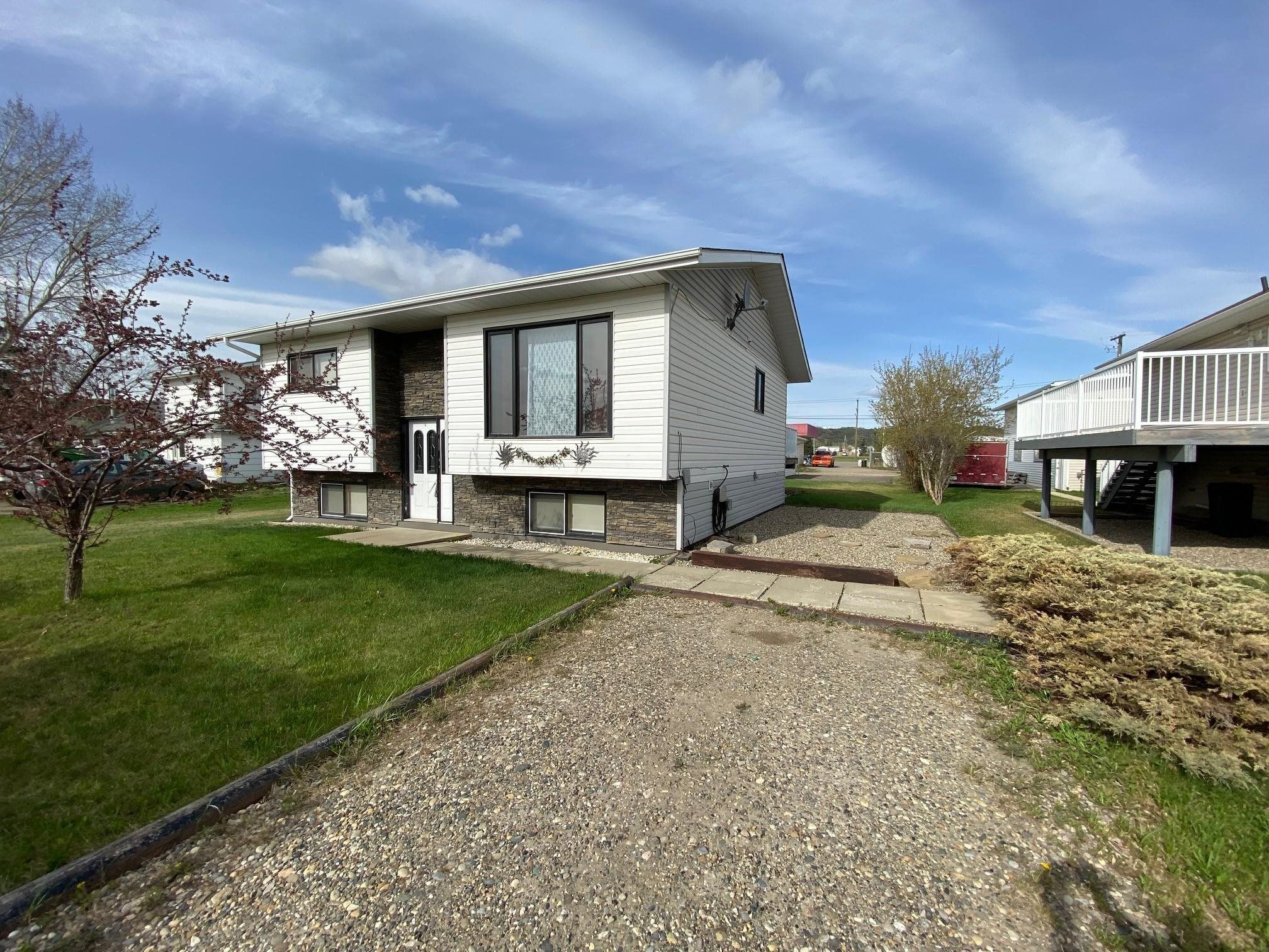 Photo 1: Photos: 10223 101 Street: Taylor House for sale (Fort St. John (Zone 60))  : MLS®# R2610570