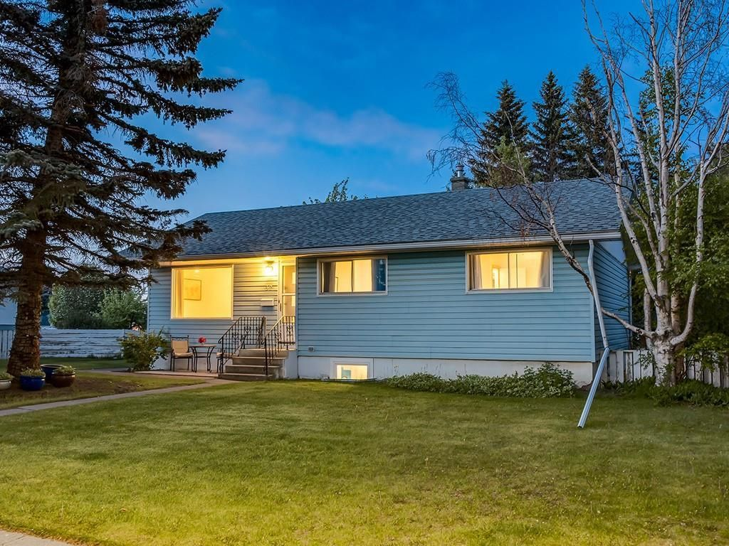Main Photo: 32 GREENWOOD Crescent SW in Calgary: Glamorgan Detached for sale : MLS®# C4301790
