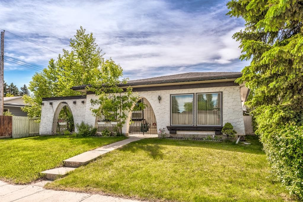 Main Photo: 4931 Vantage Crescent NW in Calgary: Varsity Detached for sale : MLS®# A1129370