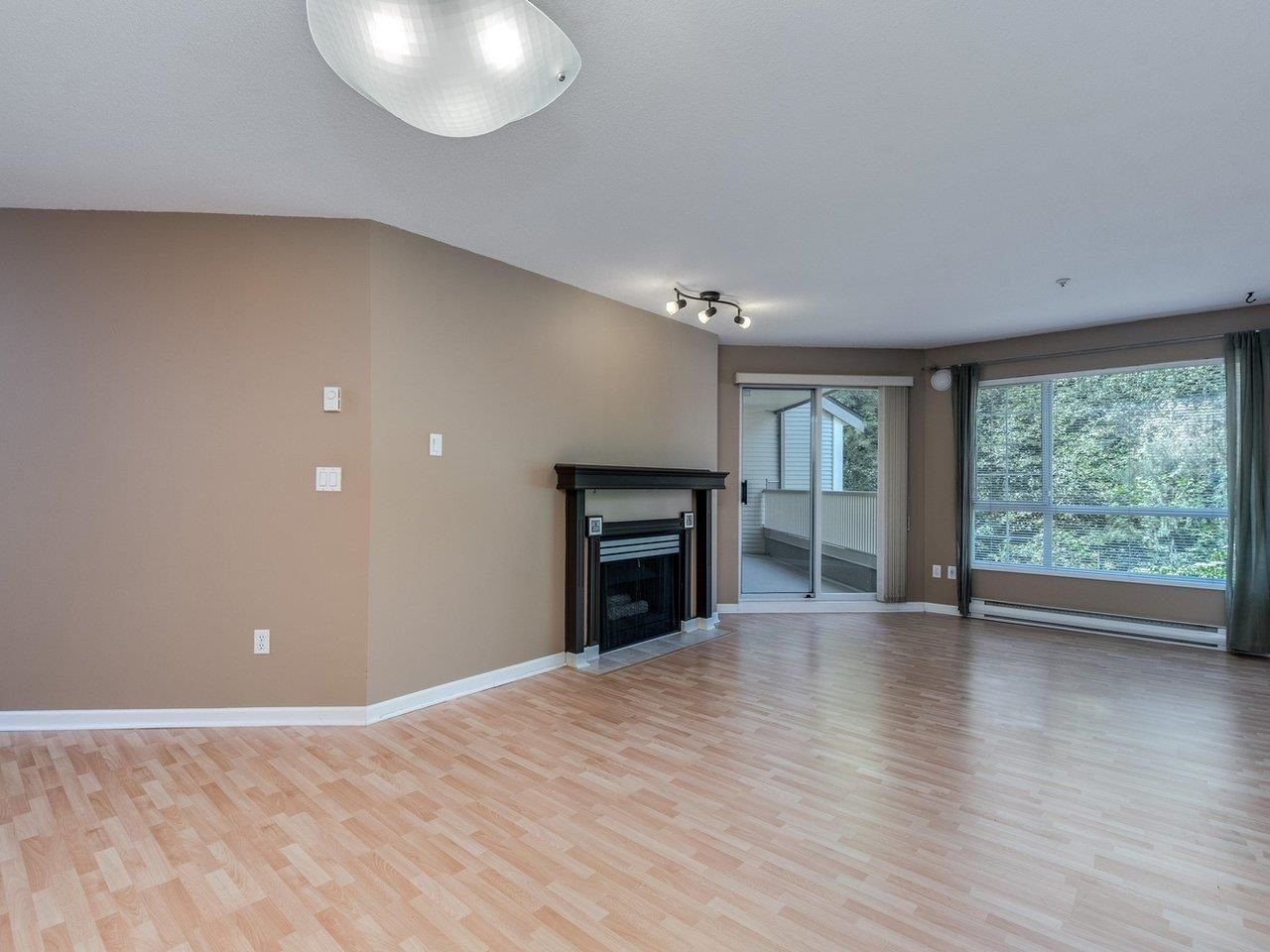 """Photo 6: Photos: 320 1252 TOWN CENTRE Boulevard in Coquitlam: Canyon Springs Condo for sale in """"The Kennedy"""" : MLS®# R2595291"""