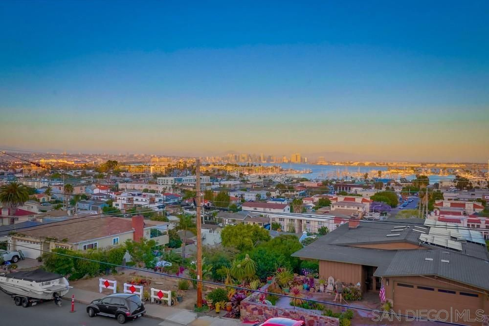 Main Photo: POINT LOMA House for sale : 5 bedrooms : 1268 Willow in San Diego