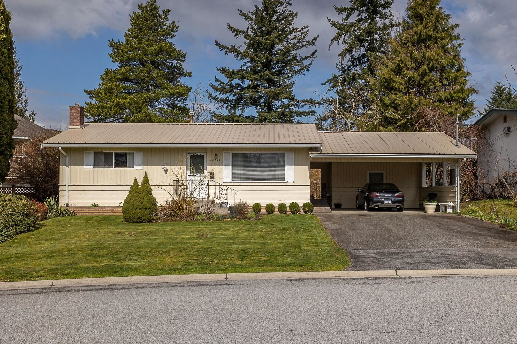 Main Photo: 33909 FERN Street in Abbotsford: Central Abbotsford House for sale : MLS®# R2624367