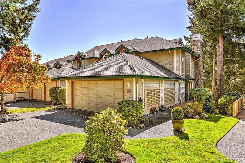 Main Photo: 18 520 Marsett Pl in VICTORIA: SW Royal Oak Row/Townhouse for sale (Saanich West)  : MLS®# 809280