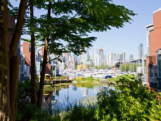 """Photo 24: 1585 MARINER Walk in Vancouver: False Creek Townhouse for sale in """"LAGOONS"""" (Vancouver West)  : MLS®# R2158122"""
