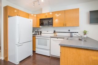 """Photo 4: 1210 939 HOMER Street in Vancouver: Yaletown Condo for sale in """"THE PINNACLE"""" (Vancouver West)  : MLS®# R2461082"""