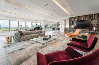 """Photo 2: 701 151 ATHLETES Way in Vancouver: False Creek Condo for sale in """"CANADA HOUSE ON THE WATER"""" (Vancouver West)  : MLS®# R2617164"""