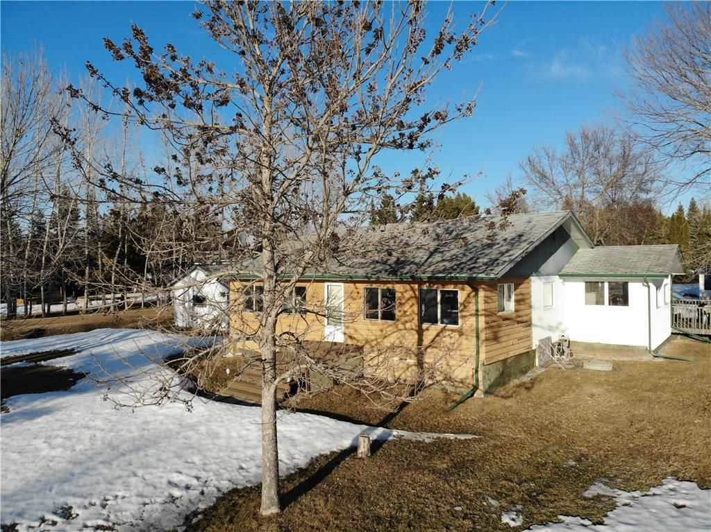 Main Photo: 14 Second Street in Alexander RM: Pinawa Bay Residential for sale (R28)  : MLS®# 202106039