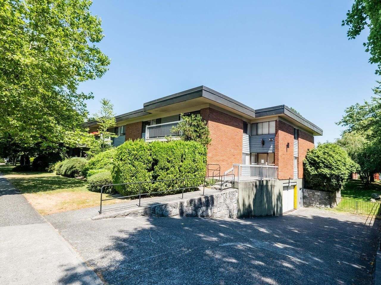 """Photo 2: Photos: 209 2600 E 49TH Avenue in Vancouver: Killarney VE Condo for sale in """"Southwinds"""" (Vancouver East)  : MLS®# R2600173"""