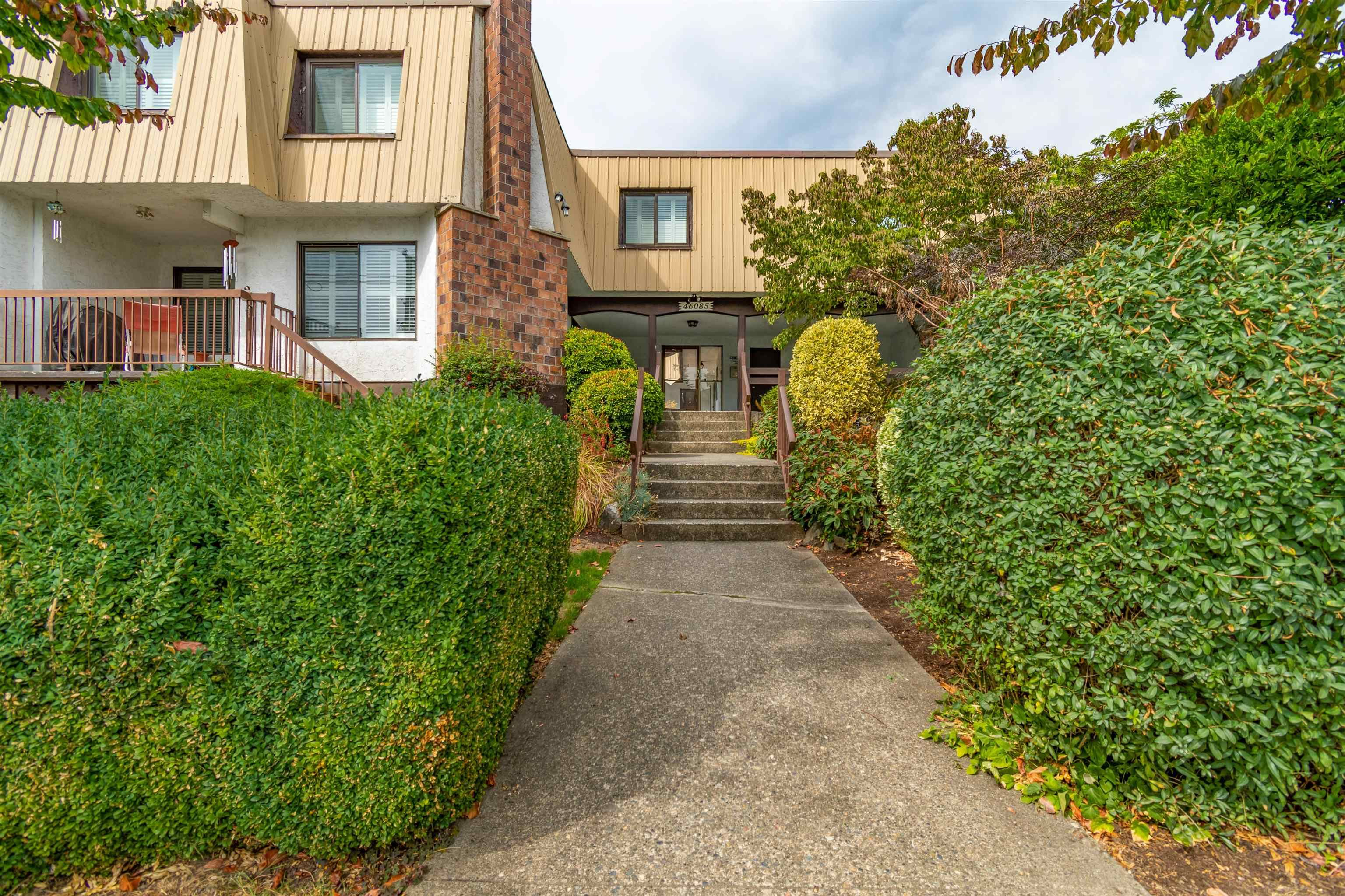 """Main Photo: 9 46085 GORE Avenue in Chilliwack: Chilliwack E Young-Yale Townhouse for sale in """"Sherwood Gardens"""" : MLS®# R2621838"""