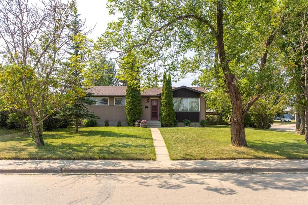 Main Photo: 3726 58 Avenue: Red Deer Detached for sale : MLS®# A1136185