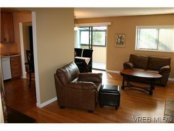 Main Photo: D 3056 Washington Ave in VICTORIA: Vi Burnside Row/Townhouse for sale (Victoria)  : MLS®# 584062