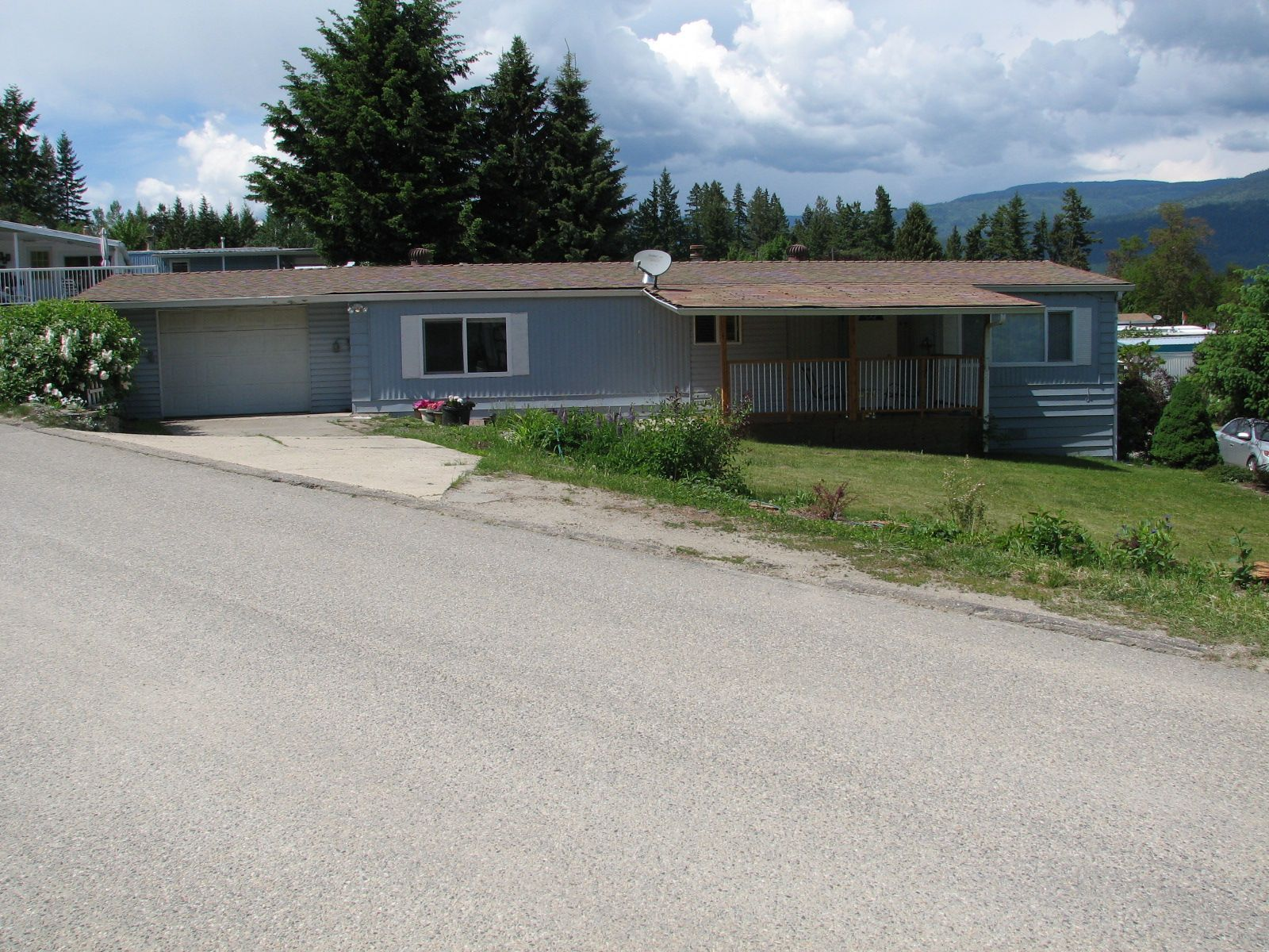 Main Photo: 33 - 2932 Buckley Rd: Sorrento Manufactured Home for sale (shuswap)  : MLS®# 10184516