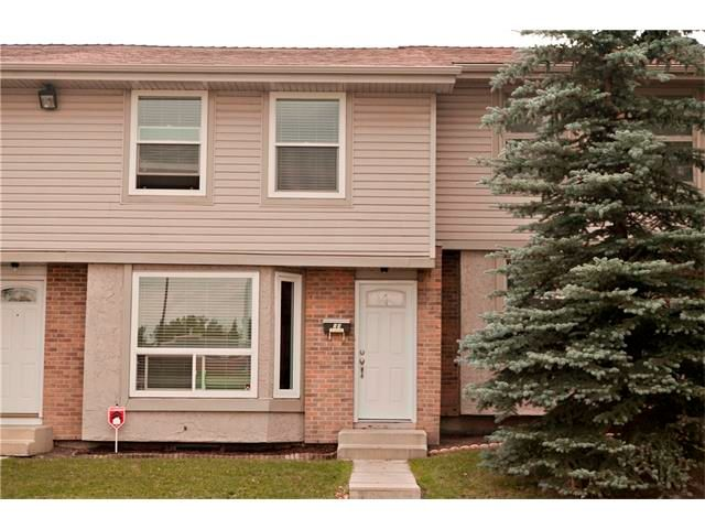 Main Photo: 94 123 QUEENSLAND Drive SE in Calgary: Queensland House for sale : MLS®# C4027673