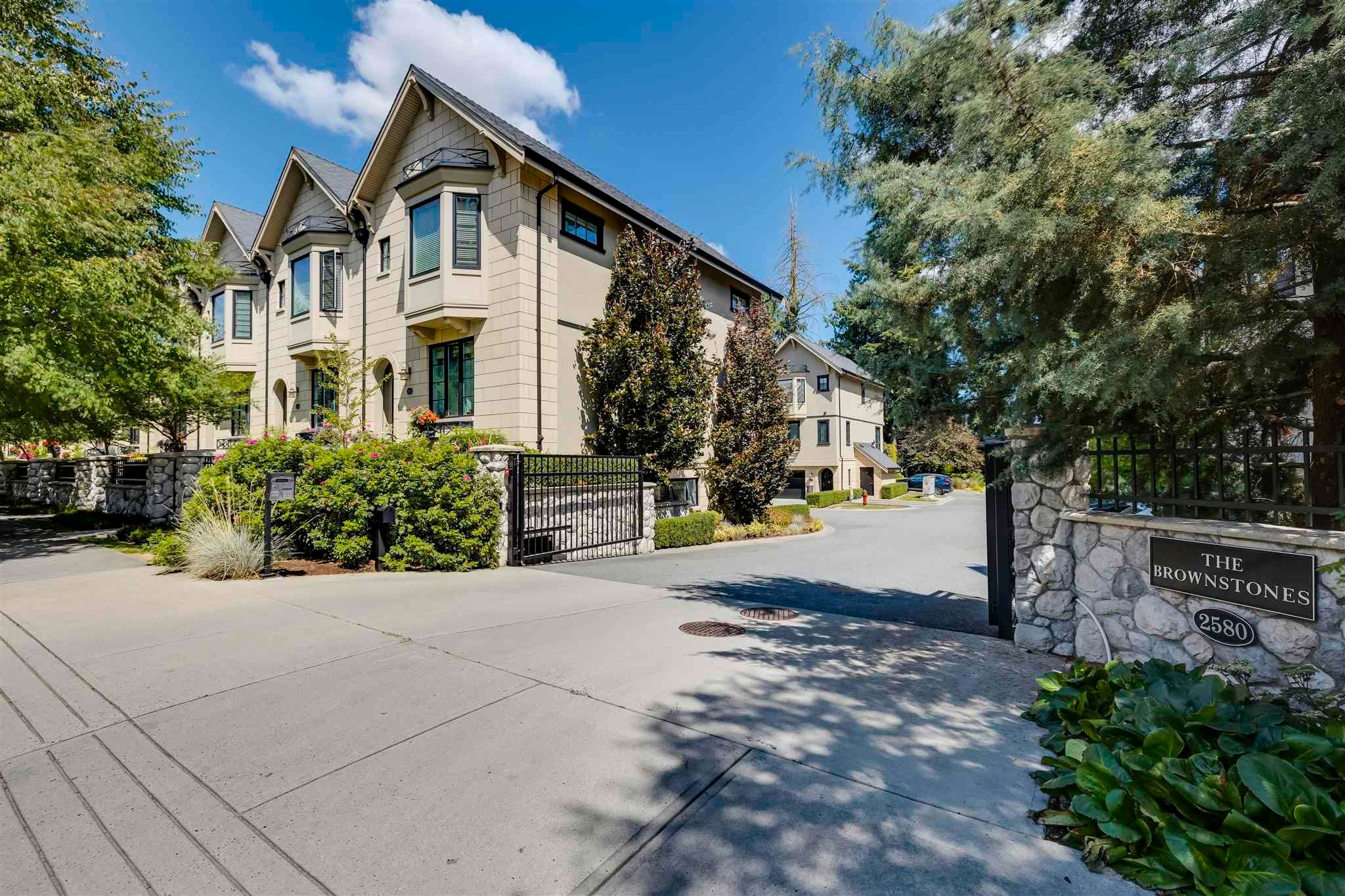"""Main Photo: 527 2580 LANGDON Street in Abbotsford: Abbotsford West Townhouse for sale in """"BROWNSTONES"""" : MLS®# R2607055"""