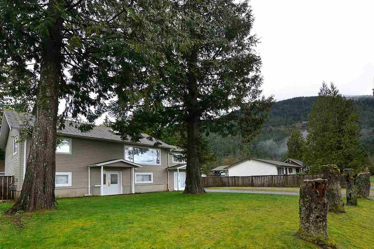 Main Photo: 480 PINE Avenue: Harrison Hot Springs House for sale : MLS®# R2093271