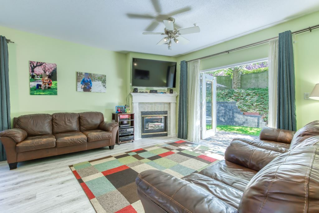 """Photo 4: Photos: 1 21579 88B Avenue in Langley: Walnut Grove Townhouse for sale in """"Carriage Park"""" : MLS®# R2494791"""
