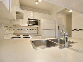 """Photo 9: 307 3638 W BROADWAY Street in Vancouver: Kitsilano Condo for sale in """"CORAL COURT"""" (Vancouver West)  : MLS®# R2354211"""