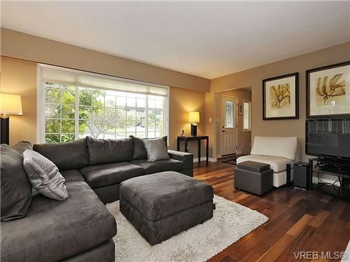 Photo 4: Photos: 2320 Hollyhill Pl in VICTORIA: SE Arbutus Half Duplex for sale (Saanich East)  : MLS®# 652006