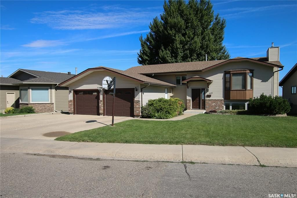 Main Photo: 245 Alpine Crescent in Swift Current: South West SC Residential for sale : MLS®# SK785077