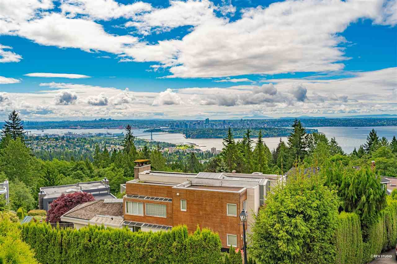 Main Photo: 2585 WESTHILL Way in West Vancouver: Westhill House for sale : MLS®# R2589004