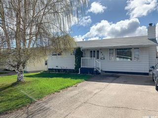 Photo 1: 621 2nd Avenue Southeast in Swift Current: South East SC Residential for sale : MLS®# SK771633