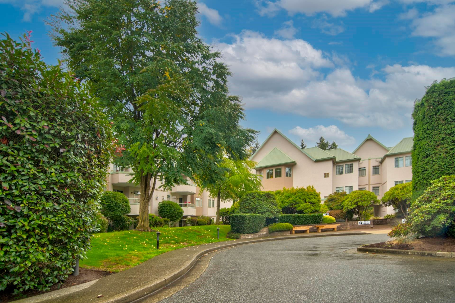 """Main Photo: 316 6735 STATION HILL Court in Burnaby: South Slope Condo for sale in """"COURTYARDS"""" (Burnaby South)  : MLS®# R2615271"""