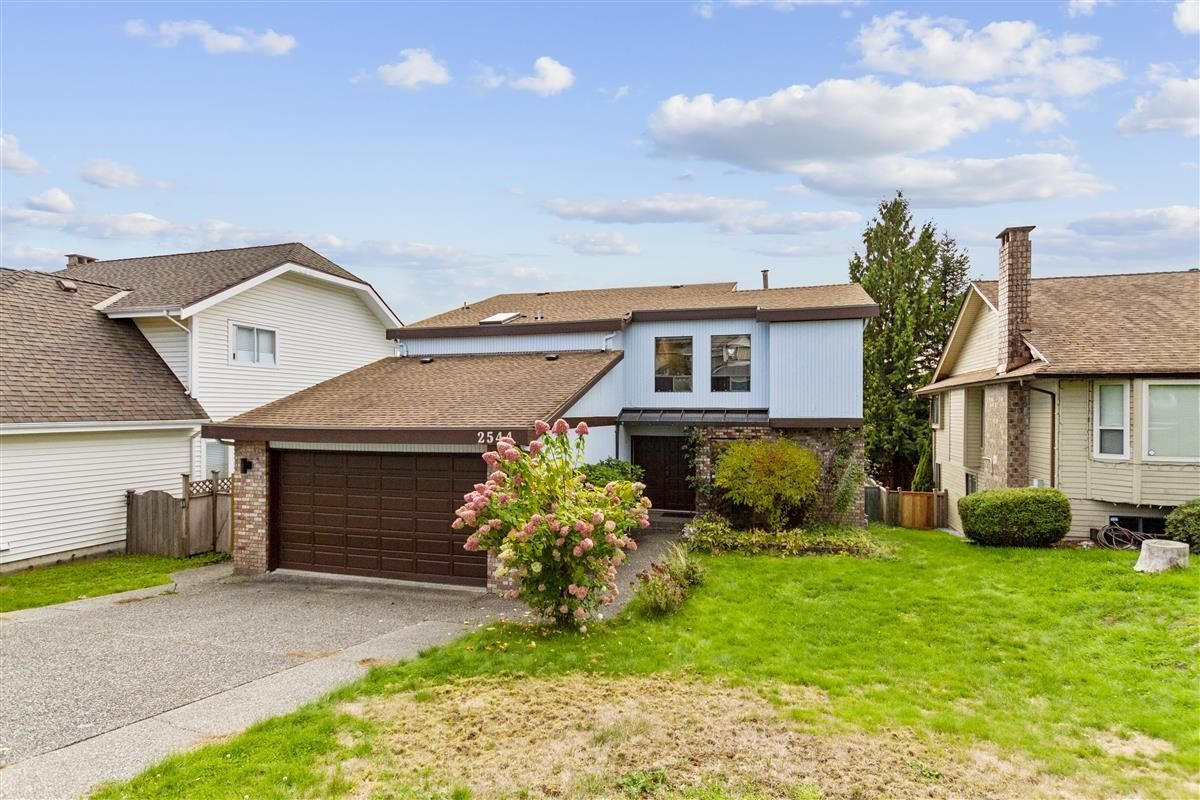 Main Photo: 2544 BLUEBELL Avenue in Coquitlam: Summitt View House for sale : MLS®# R2625984