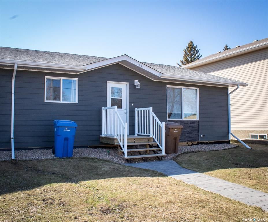 Main Photo: 111 Broadway Avenue South in Melfort: Residential for sale : MLS®# SK840591