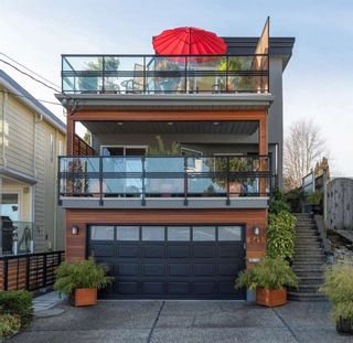 """Photo 1: 843 PARKER Street: White Rock House for sale in """"East Beach"""" (South Surrey White Rock)  : MLS®# R2590791"""