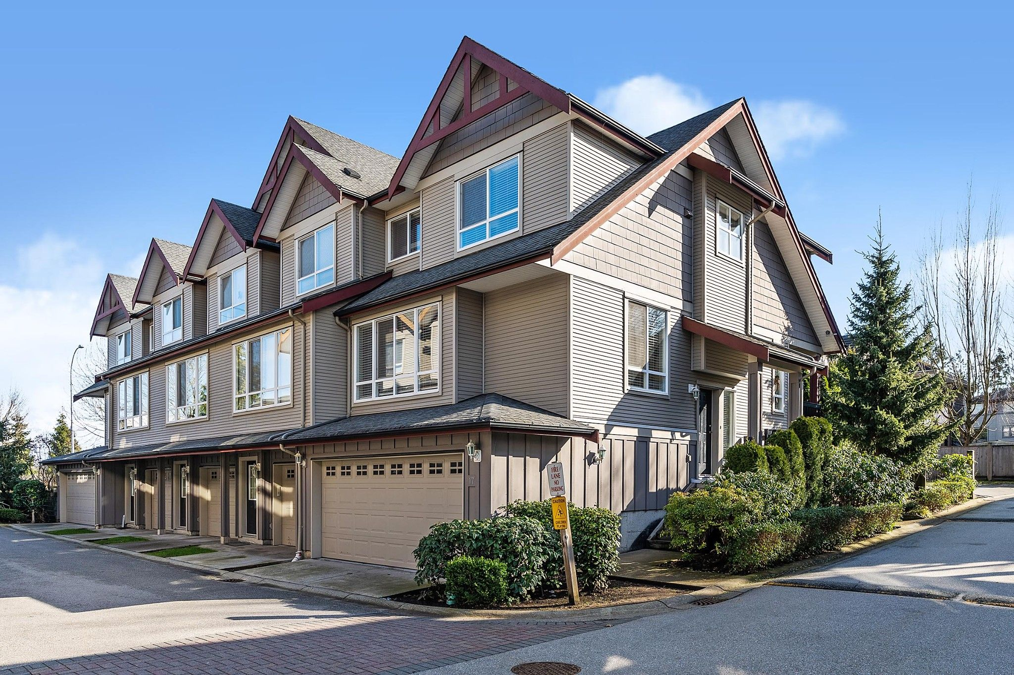 "Main Photo: 17 16772 61 Avenue in Surrey: Cloverdale BC Townhouse for sale in ""LAREDO"" (Cloverdale)  : MLS®# R2542770"