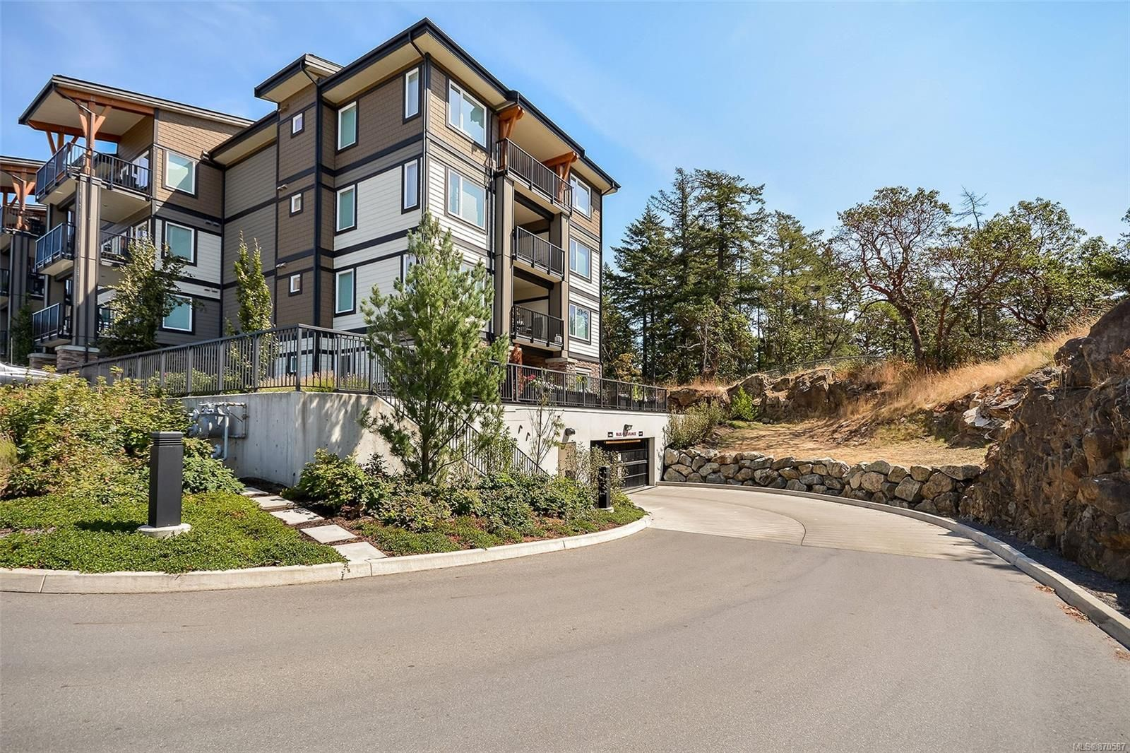 Main Photo: 102 290 Wilfert Rd in : VR View Royal Condo for sale (View Royal)  : MLS®# 870587