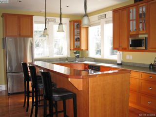 Photo 3: 210 Irving Rd in VICTORIA: Vi Fairfield East House for sale (Victoria)  : MLS®# 594610