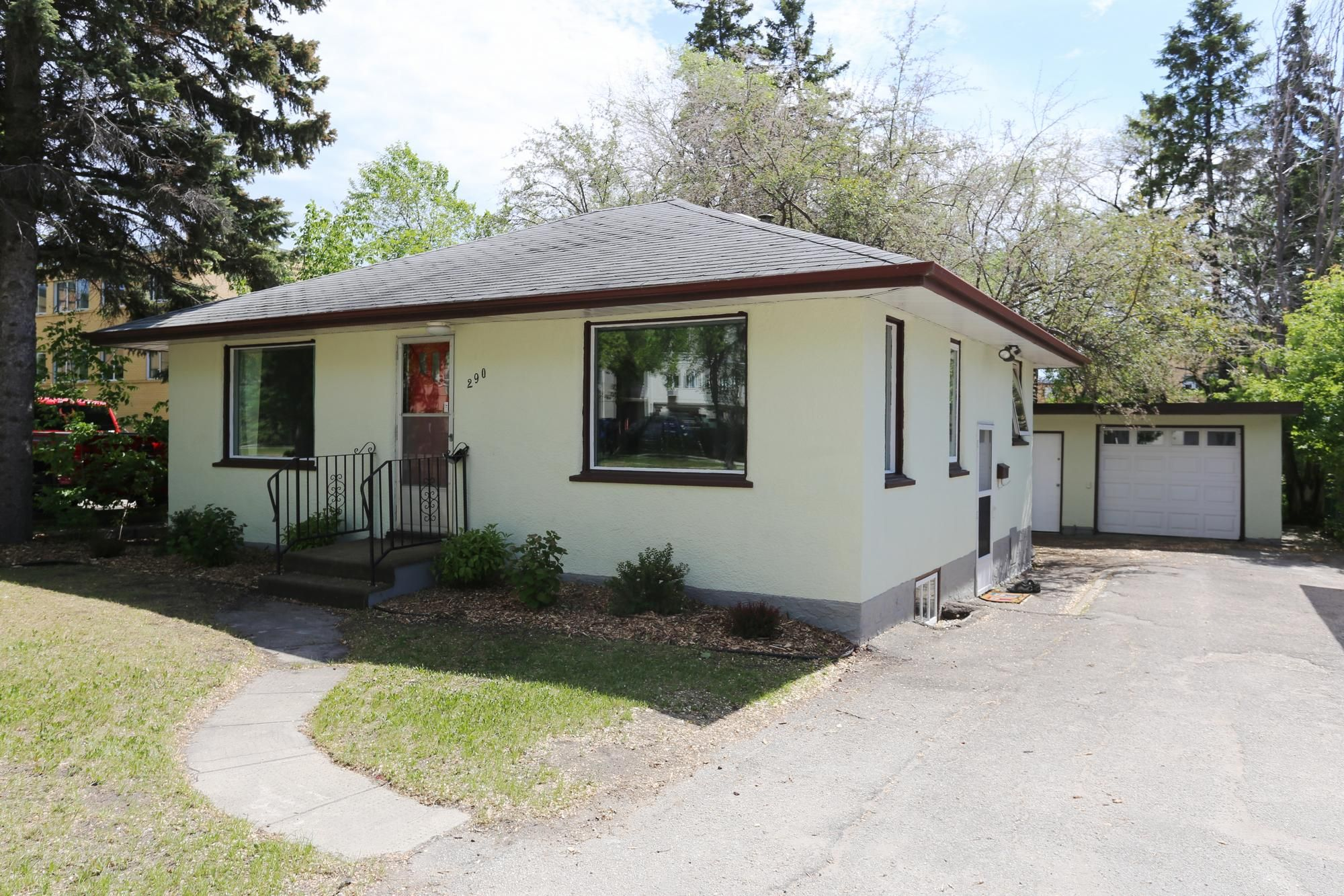 Welcome to 290 McLeod Ave. in North Kildonan