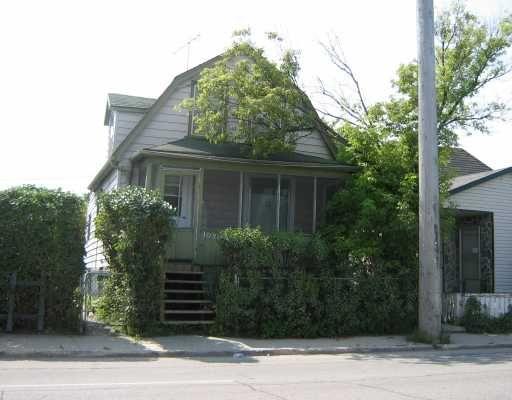 Main Photo: 1070 SELKIRK Avenue in WINNIPEG: North End Residential for sale (North West Winnipeg)  : MLS®# 2918596