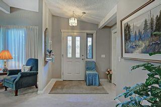Photo 2: 467 QUEENSLAND Circle SE in Calgary: Queensland Detached for sale : MLS®# C4236793