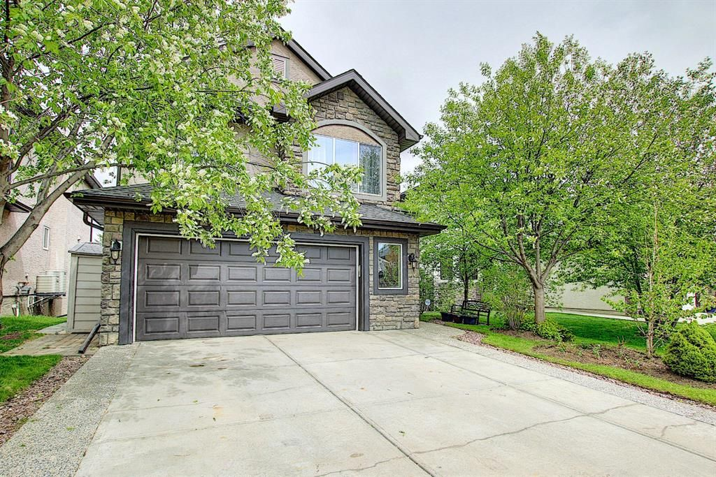 This property is located within walking distance to the lake, shops and amenities!