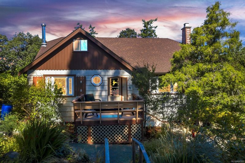 FEATURED LISTING: 3074 Colquitz Ave