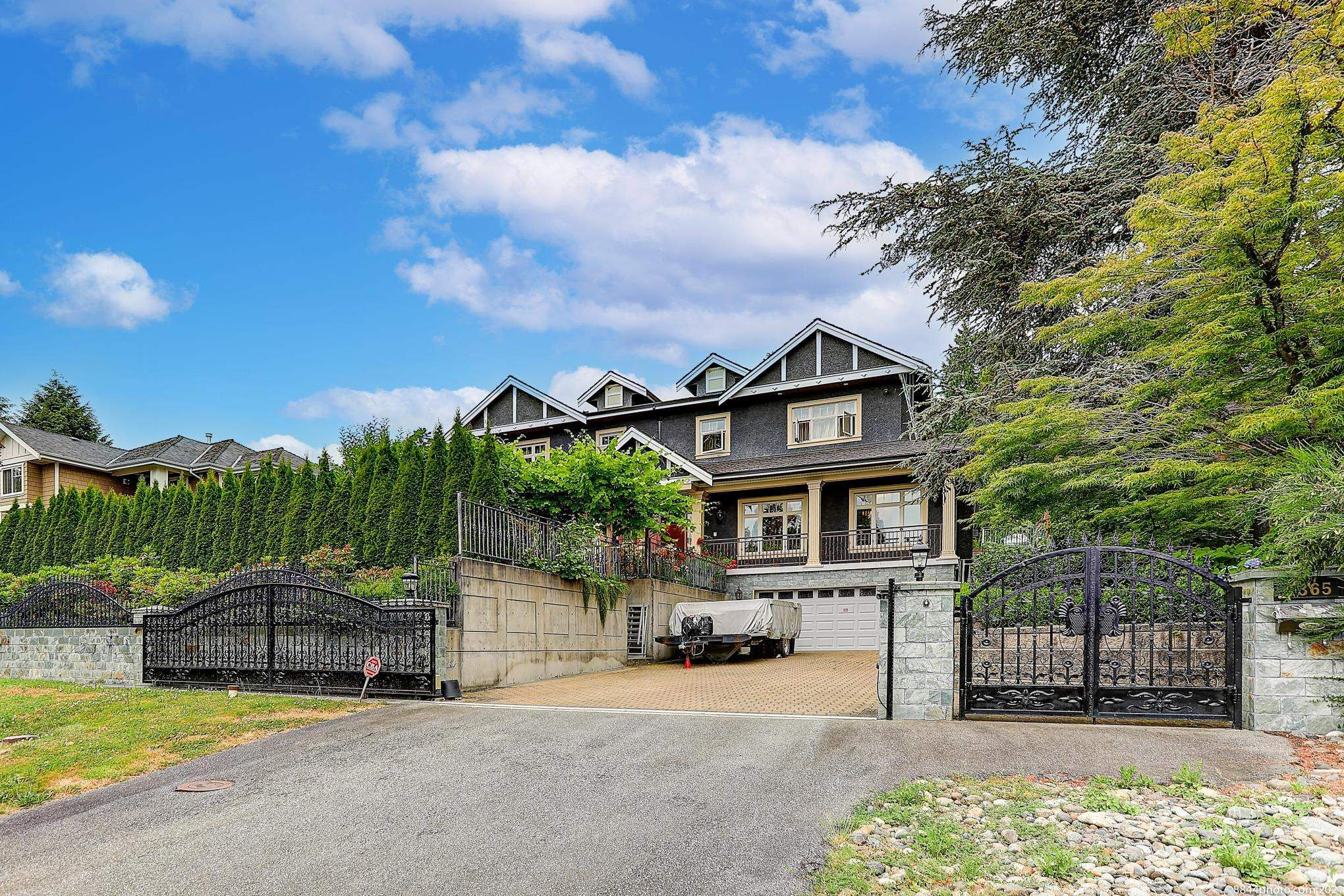 Main Photo: 1365 PALMERSTON Avenue in West Vancouver: Ambleside House for sale : MLS®# R2618136
