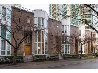 """Photo 1: T09 1501 HOWE Street in Vancouver: Yaletown Townhouse for sale in """"888 BEACH"""" (Vancouver West)  : MLS®# R2020483"""