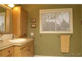 Photo 7: VICTORIA FAMILY HOME = Lambrick Park FAMILY HOME  For Sale SOLD With Ann Watley.