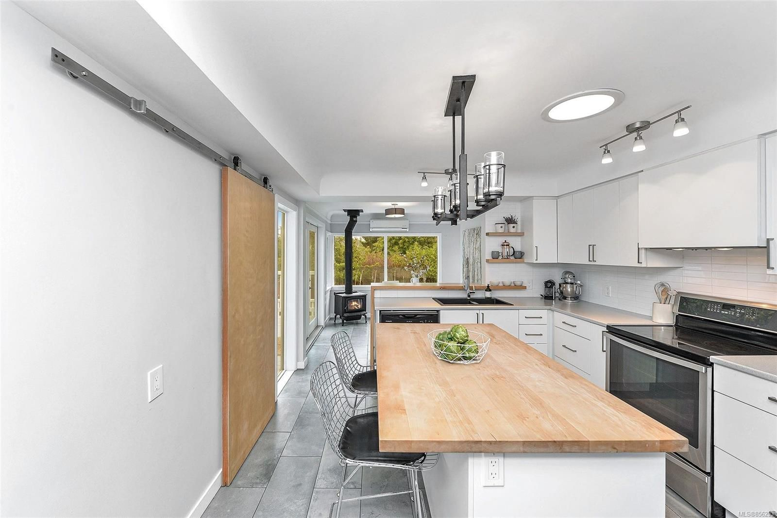 Photo 13: Photos: 1753 Armstrong Ave in : OB North Oak Bay House for sale (Oak Bay)  : MLS®# 856293
