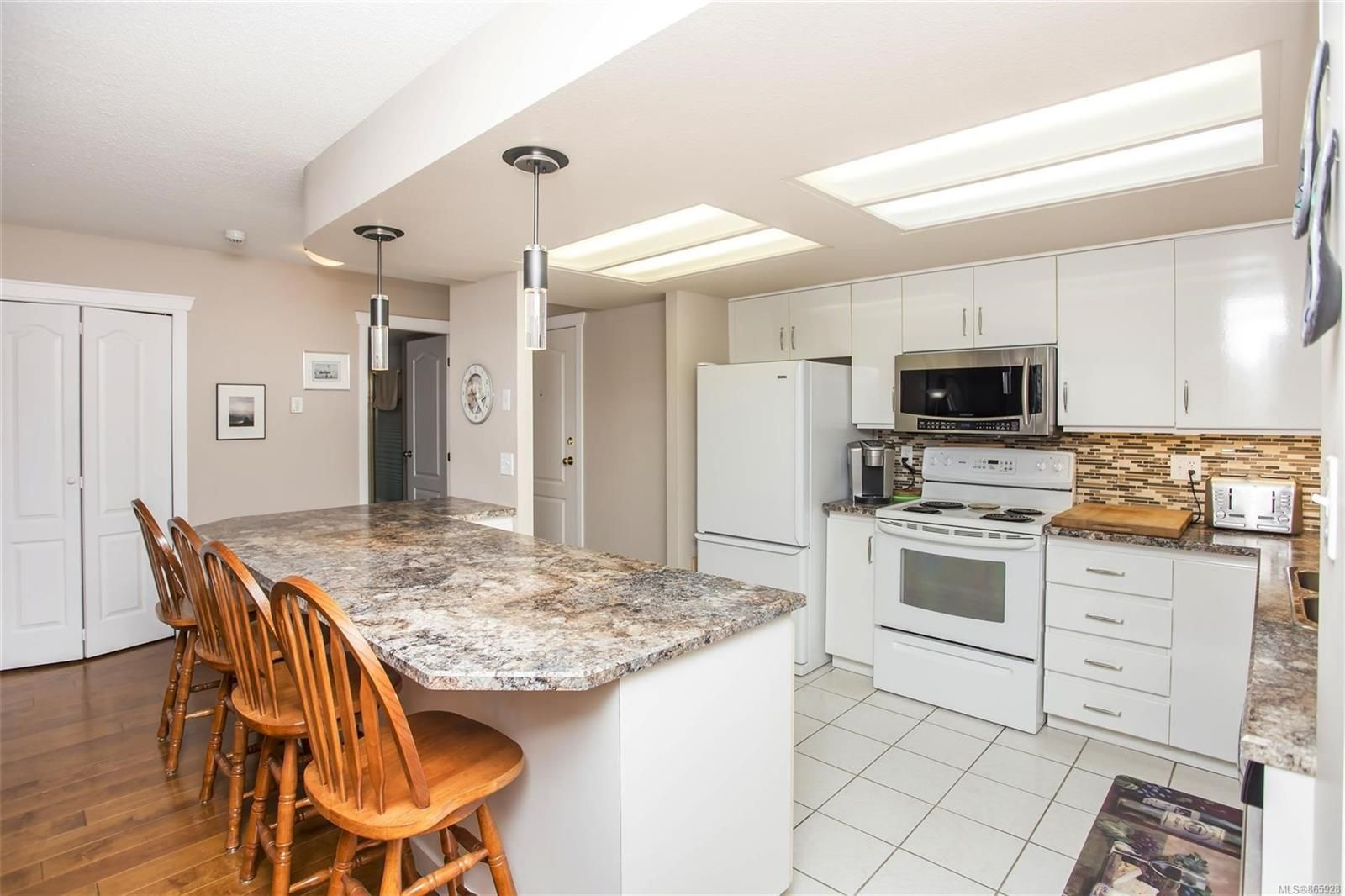 Main Photo: 206 158 Promenade Dr in : Na Central Nanaimo Condo for sale (Nanaimo)  : MLS®# 865928