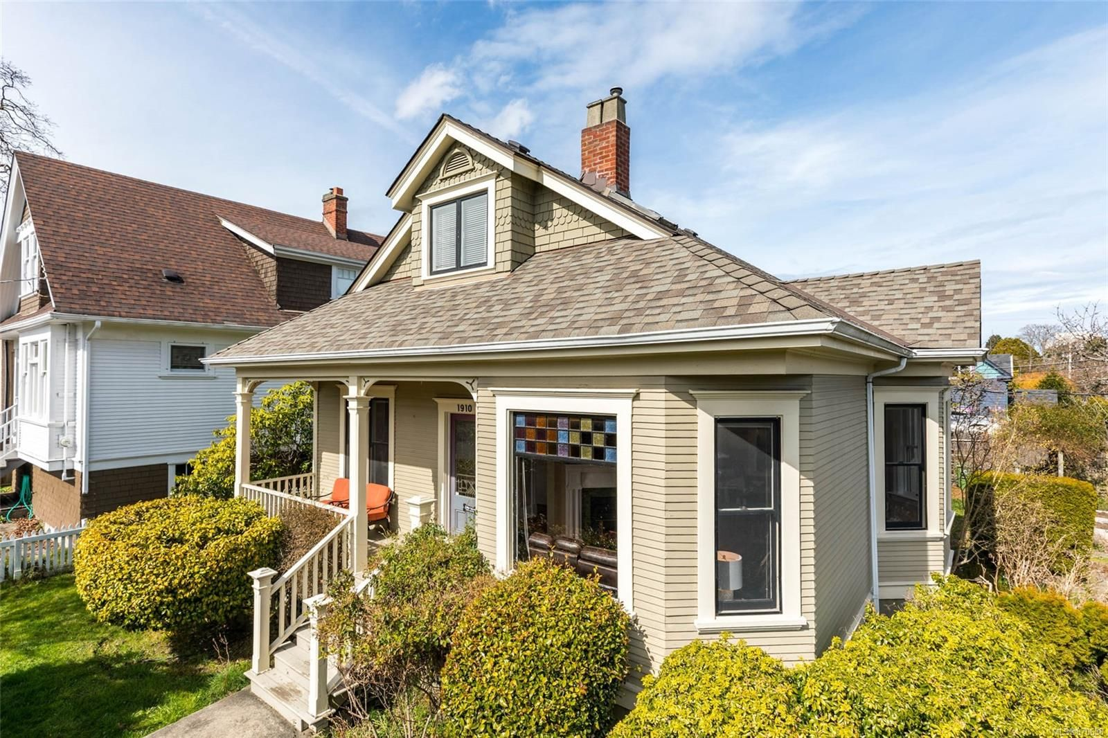 Main Photo: 1910 Leighton Rd in : Vi Jubilee House for sale (Victoria)  : MLS®# 870638
