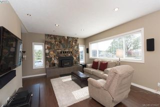 Photo 3: 888 Beckwith Ave in VICTORIA: SE Lake Hill House for sale (Saanich East)  : MLS®# 813737