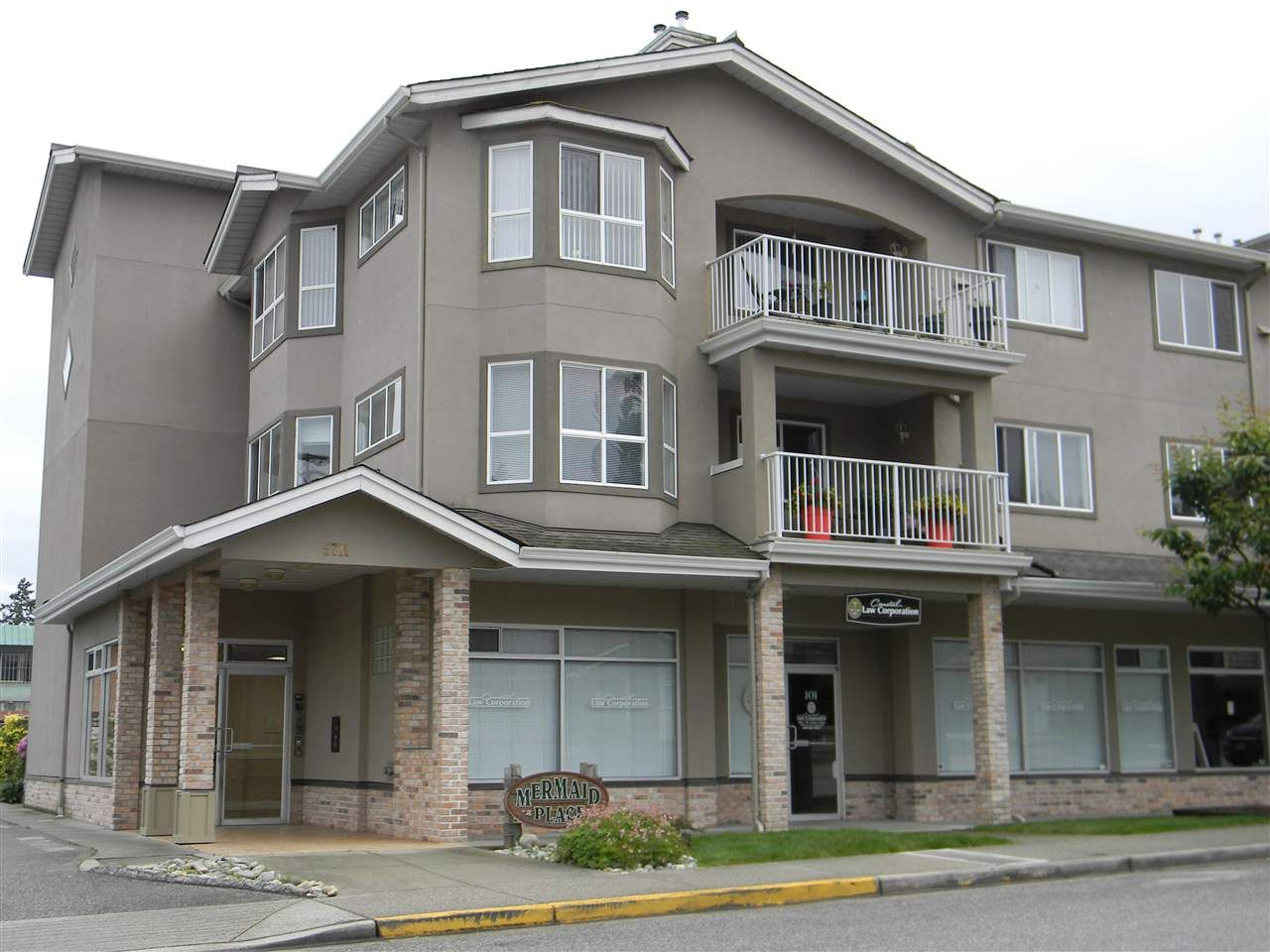 Great location in Sechelt - short walk to the beach, quiet street off the main arteries but still close to everything.  Parking is outdoors if you have a vehicle and  buses are close too!