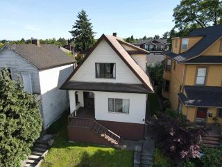 Photo 3: 50 E 12TH Avenue in Vancouver: Mount Pleasant VE House for sale (Vancouver East)  : MLS®# R2576408